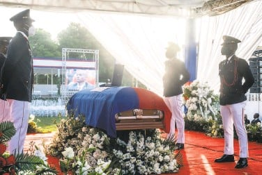 ?? Federico Rios / New York Times ?? The coffin of Haiti's assassinated president, Jovenel Moise, was carried by men in military uniform to a central stage and covered with a Haitian flag in his hometown of CapHaitien amid heavy security.