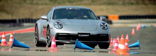??  ?? Una 911 sulla pista del Pec. Il Porsche Experience Center sorge sull'area dell'ex autodromo di Franciacorta, acquistato da Porsche Italia nel 2019. Dopo un anno e mezzo di lavori, l'impianto è stato aperto. L'obiettivo è avvicinare clienti e appassionati del marchio, in tutte le sue declinazioni: dal motorsport al fuoristrada, alle vetture elettriche