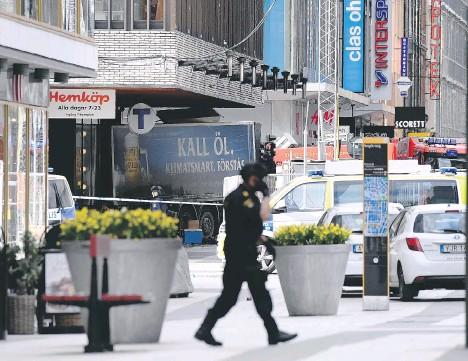 ?? [Getty] ?? Il camion che ha falciato i pedoni del centro di Stoccolma, facendo 4 morti. Nella stessa zona, l'11 settembre 2010, un 29enne iracheno fece esplodere due autobombe. L'unica vittima fu lui