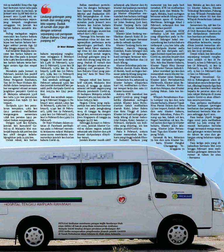 ??  ?? PETUGAS kesihatan membantu petugas Majlis Bandaraya Shah Alam (MBSA) di bawah penyeliaan Kementerian Kesihatan Malaysia (KKM) lengkap dengan peralatan perlindungan diri (PPE) ketika menguruskan pengebumian jenazah pesakit Covid-19 di Tanah Perkuburan Islam Seksyen 21, Shah Alam, kelmarin.