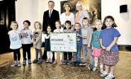 ?? Foto: Behrens ?? DEN PREIS WERT: Nina Dieckmann (Mitte) mit Silke Jannsen vom Preisverleiher, Stephan Weil und Kinder vom Matthäi-Kindergarten.