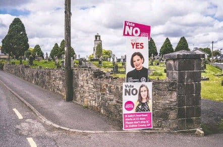 ?? JAMES FORDE FOR THE WASHINGTON POST ?? Signs for repealing (yes) and keeping (no) Ireland's abortion ban are posted earlier this month next to a cemetery in Castlerea.