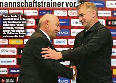 ?? ?? Stefan Kuntz (r.) schüttelt Nihat Özdemir, Vorsitzender des türkischen Fußballverbands, während seiner Präsentation als türkischer Nationaltrainer die Hand.