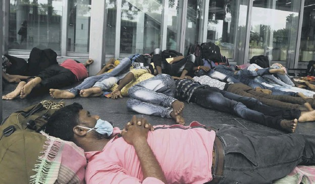 ??  ?? 0 Migrant labourers at Kolkata International Airport after flights were cancelled during a day long lockdown as a preventive measure against coronavirus