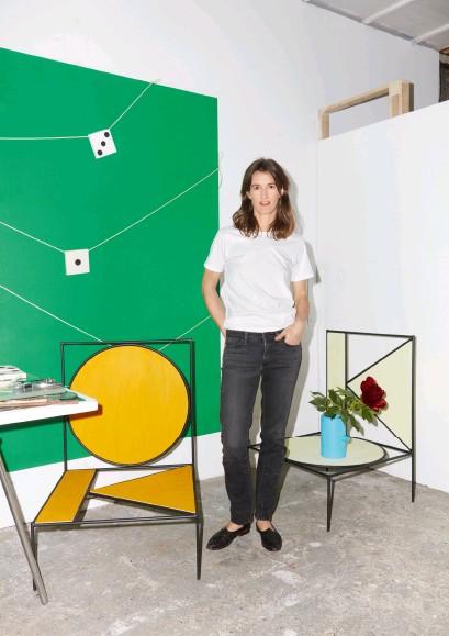 ??  ?? ELVIRE BONDUELLE dans son atelier parisien avec ses deux fauteuils Okko et, posé dessus, un vase de la série Thaï Pipes.