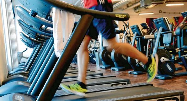 ?? Foto: Britta Pedersen, dpa (Symbolbild) ?? Fitnessstudios leiden stark unter der Corona‰krise. Manche mussten dem Lockdown bereits Tribut zollen und schließen.