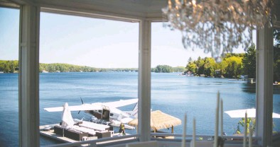 ?? PHOTOS: JAMES MACDONALD / BLOOMBERG FILES ?? The pandemic, and the lure of working remotely, has helped heat up cottage country sales. Above, a float plane docked beside one of the many palatial properties on Muskoka's Lake Joseph.