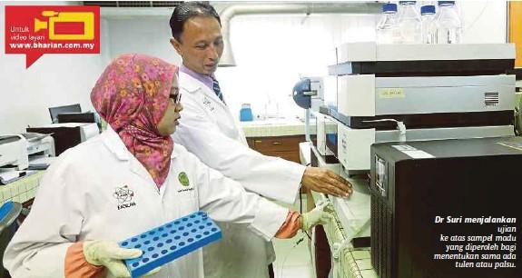 ?? [FOTO AZIAH AZMEE/BH] ?? Dr Suri menjalankan ujian ke atas sampel madu yang diperoleh bagi menentukan sama ada tulen atau palsu.