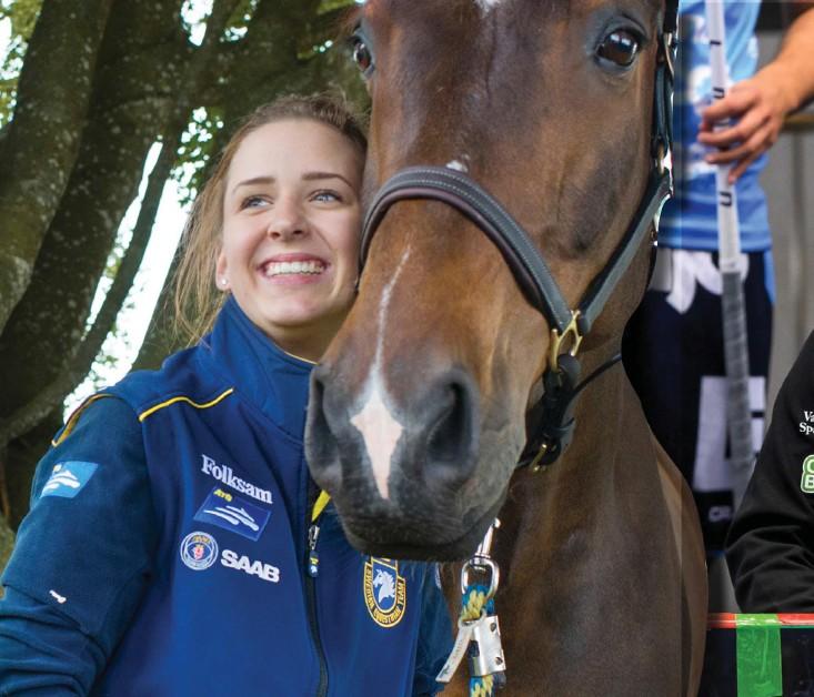 ??  ?? Fälttävlansryttaren Lina Forsberg – här med hästen Caloj – har tagit hjälp av Warbergs IC:S innebandytränare Kent Göransson på sin resa mot eliten och till att bli starkare som person.
