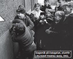 ??  ?? Slagsmål på Dalagatan, utanför Lilla Adolf Fredriks skola, 1961.