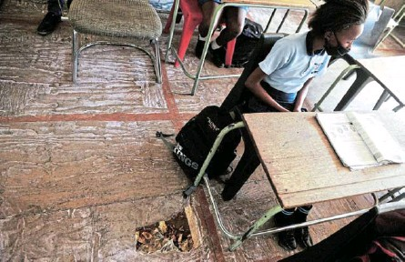 ?? /PHOTOS / VELI NHLAPO ?? Pupils endure the bad state of classrooms at the old Mayibuye Primary School in Midrand after the new school they were to move to stood empty since 2017.
