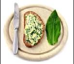 ??  ?? Genießen Sie im Frühling frischen Quark mit Bärlauch zu einem frischgebackenen Brot.