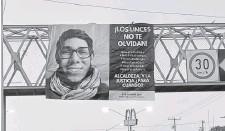 ?? Foto: Especial ?? Una manta con la imagen de Gabriel Luna Ibarra fue colocada en un puente de la Avenida Tecnológico./