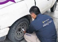 ??  ?? > Revisión de la presión de las llantas de automóviles.