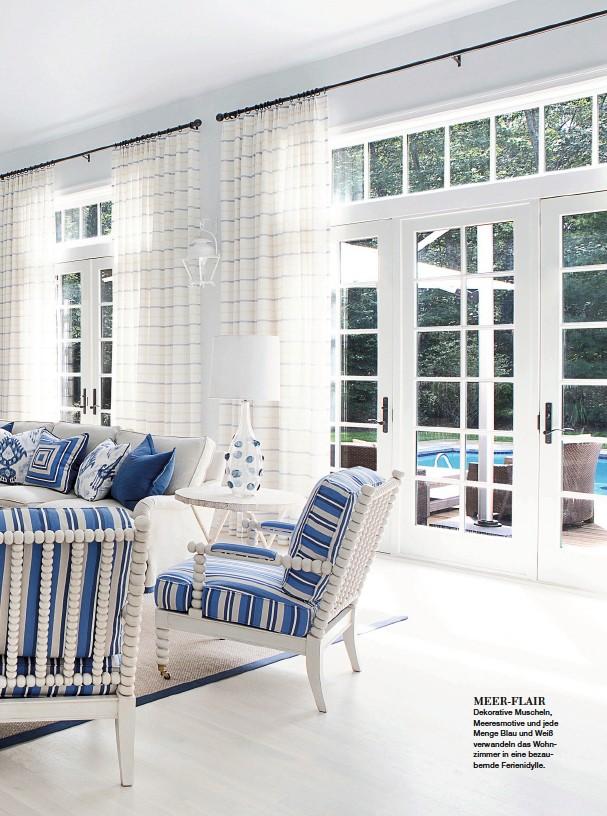 ??  ?? MEER-FLAIR Dekorative Muscheln, Meeresmotive und jede Menge Blau und Weiß verwandeln das Wohnzimmer in eine bezaubernde Ferienidylle.