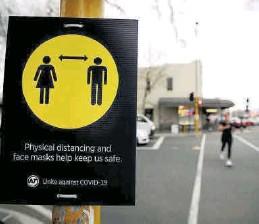 ??  ?? Una señal recuerda la distancia de seguridad por el covid en Auckland.