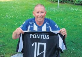 ?? Bild: Niklas Ohlson ?? Det har blivit några Wernbloom-tröjor för Hans-Åke Öhgren. Här visar han upp sig med Blåvitt och PAOK.