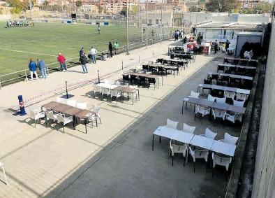 ?? JAIME GALINDO ?? Comida en el campo de fútbol del Escalerillas, en Zaragoza.