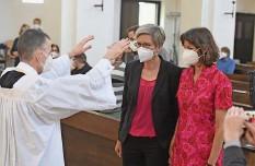 ?? Foto: Keystone ?? In München segnet ein Vikar ein lesbisches Paar und widersetzt sich damit dem Segnungsverbot aus dem Vatikan.