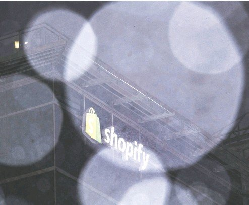 ?? JUSTIN TANG / BLOOMBERG FILES ?? While Ottawa serves as the headquarters for Shopify, it is estimated that 1,200 employees are based in the area of the nation's capital — less than 20 per cent of the company's total workforce.