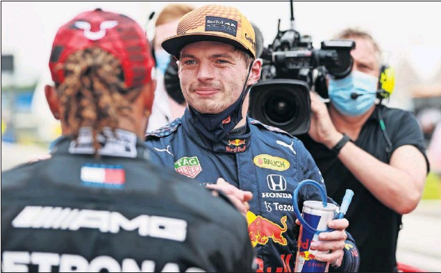 ??  ?? Max Verstappen, que se llevó la pole con el Red Bull en Paul Ricard, saluda en el parque cerrado a Lewis Hamilton, segundo, después de la clasificación del GP de Francia.