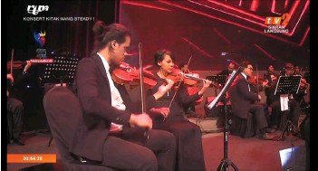 ??  ?? A screenshot shows an orchestra performing 'Bekikis Bulu Betis'.