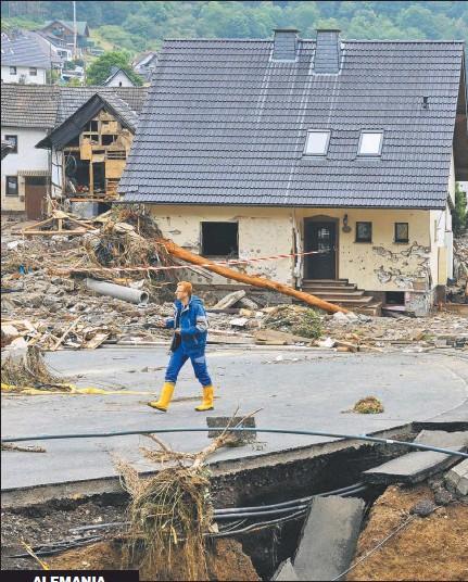 ??  ?? DESTRUCCIÓN. Algunas localidades quedaron completamente aisladas, ue se cortaron también las comunicaciones. Hay más de cien muertos y los desaparecidos eran miles ayer. El agua subió en 15 minutos.