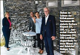 ??  ?? Stehen im Schnee der Kältekammer: Tourismus-Ministerin Barbara Klepsch (55, CDU, v.l.), Juniorchef Frederik Schumann (26), CDU-Landtagsabgeordnete Patricia Wissel (45) und Hotelchef Rüdiger Schumann (75).