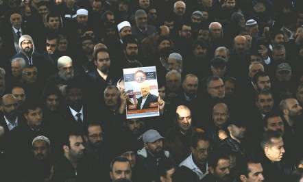?? HUSEYIN ALDEMIR/REUTERS ?? A 2018 prayer service in Istanbul for Saudi journalist Jamal Khashoggi, who was killed in the kingdom's consulate there. A U.S. intelligence report given to Congress on Friday concluded that Saudi Crown Prince Mohammed bin Salman approved the operation.