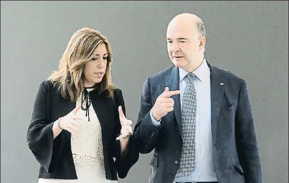 ?? RAUL CARO / EFE ?? La presidenta andaluza, Susana Díaz, ayer en Sevilla con el comisario europeo de Asuntos Económicos y Financieros, Pierre Moscovici