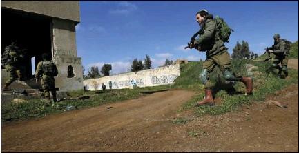 ??  ?? قوات إسرائيلية تجري تدريبات قرب الحدود السورية واللبنانية