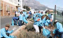 ?? Supplied ?? STUDENTS from ASEZ set an example for others by holding a clean-up drive on Caledon Street in District Six at the weekend. |