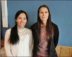 ??  ?? OVTTASBARGU: Oahpaheaddjiguovttos Camilla Nystad Solberg ja Inga Gunhild Kemi rámideaba klássa bargomovtta. – Lea dehálaš ahte mánát besset leat mielde olles fárrenproseassas, lohká Kemi. Govven: Iselin Skum