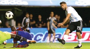 ?? AGUSTIN MARCARIAN/REUTERS ?? SAYANG ANAK: Sergio Aguero melepaskan tendangan yang berbuah gol keempat Argentina.