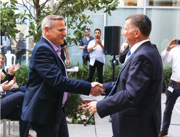 ?? (Olivier Fitoussi/Flash90) ?? OUTGOING HEALTH MINISTER Yuli Edelstein (right) welcomes his replacement, Nitzan Horowitz, at a ceremony on Sunday at the Health Ministry in Jerusalem.