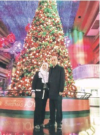 ??  ?? SELAMAT HARI KRISMAS: Adenan serta isteri Datin Patinggi Datuk Amar Jamilah Anu mengucapkan Selamat Krismas kepada penganut Kristian dan Selamat Tahun Baharu 2017 kepada semua warga Sarawak.