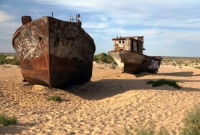 ??  ?? Abandoned boats in desert around Aral lake