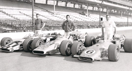 ?? INDIANAPOL­ISMOTORSPE­EDWAY ?? Aldo Andretti, center, subs for twin brother Mario Andretti in front-row photo with BobbyUnser, left, andA.J. Foyt for the 1969 Indianapol­is 500.
