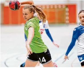 ?? Foto: Thomas Madel ?? Mirja Simon lässt sich von der Abwehr des Tabellenführers nicht aufhalten und wirft einen ihrer sieben Treffer.