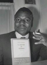 ??  ?? Yambo Ouologuem posant avec son livre, en 1968, après l'obtention du prix Renaudot.