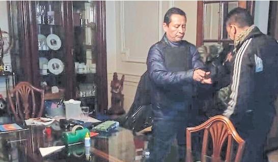 ??  ?? El momento del arresto de Carlos Atachahua Espinoza, el presunto jefe de un clan narco