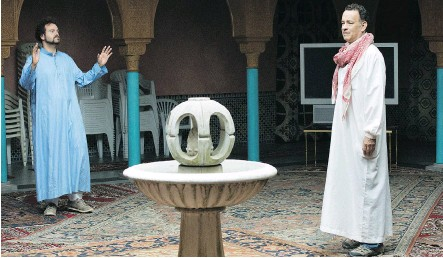 ?? ROADSIDE ATTRACTIONS ?? Alexander Black, left, and Tom Hanks star in A Hologram for the King, which tries hard, though it doesn't always succeed at being whatever it is that it is aiming to be. Hanks plays Alan, who faces obstacles pitching the king of Saudi Arabia on...