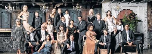 ??  ?? EPIC EPISODE: The cast of the ever-popular SABC2 soapie '7de Laan'