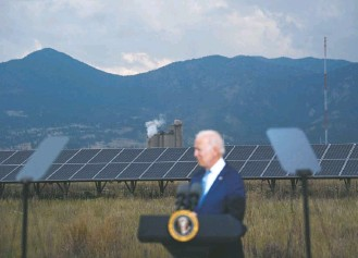 ?? BRENDAN SMIALOWSKI/AGENCE FRANCE-PRESSE/GETTY IMAGES ?? President Biden speaks Tuesday at the National Renewable Energy Laboratory in Arvada, Colo., where he noted that the country is on track to suffer more than $100 billion in damage from extreme weather.