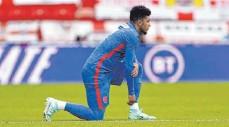 ?? FOTO: LEE SMITH/IMAGO IMAGES ?? IMit einem Kniefall vor den Spielen wollen die Engländer um BVB-Star Jadon Sancho gegen Hass und Diskriminierung kämpfen.