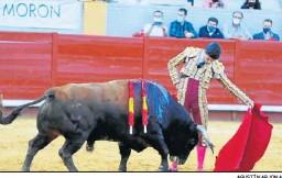 ?? AGUSTÍN ARJONA ?? Pablo Aguado durante la lidia de su primer toro en Morón.