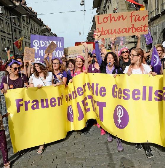 ?? Foto: Franziska Scheidegger ?? Wie erreicht man echte Gleichstellung? Die Frage spaltet Feministinnen: Frauenstreiktag in Bern 2019.