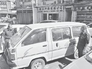 ??  ?? PEMERIKSAAN: Polis melakukan pemeriksaan ke atas van dijumpai diparkirkan di Jalan Tan Sri.