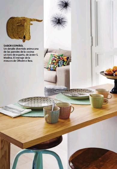 ??  ?? SABOR ESPAÑOL Un detalle divertido anima una de las paredes de la cocina: un toro de esparto, de Javier S. Medina. El menaje de la mesa es de Olholm e Ikea.