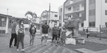 ?? FOTO: LEANDRO VÉLEZ ?? Una foto ilustración de algunos beneficiados del plan Casa para Todos, en la lotización construida en el barrio Aura Luz, de El Carmen.